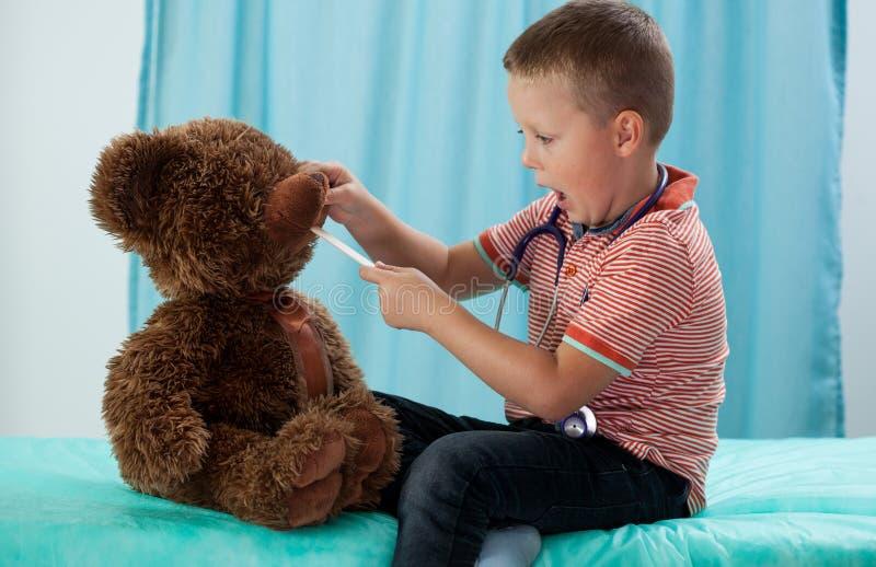 Kleuter en zijn teddybeer stock foto's