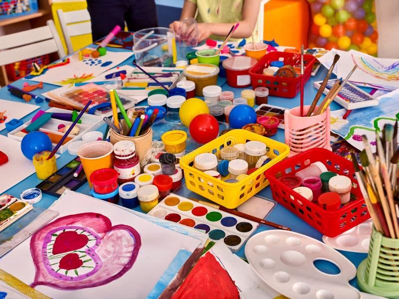 Kleuterschoollijsten en stoelen in binnenhuisarchitectuurplanken voor speelgoed royalty-vrije stock foto