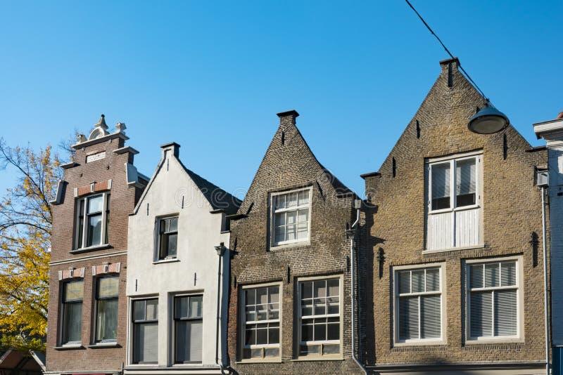 Klev gavelhus i gata kallade Varkenmarkt Dordrecht Och gjort denna liten stadkänselförnimmelse ett stor större arkivfoto