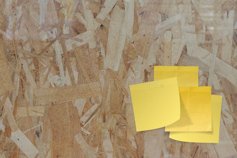 Kleverige document nota over gerecycleerd samengeperst hout stock afbeelding