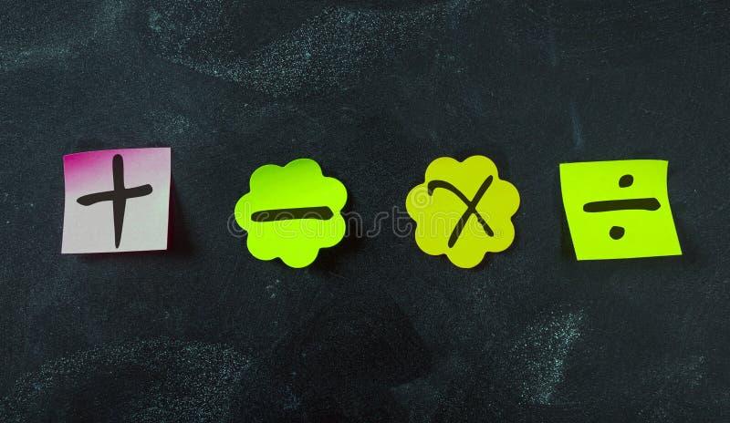 Kleverige kleurrijke die nota's, met wiskundesymbolen worden geïsoleerd op bordachtergrond stock fotografie