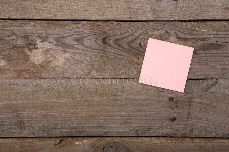 kleverige nota over het lege bord royalty-vrije stock foto