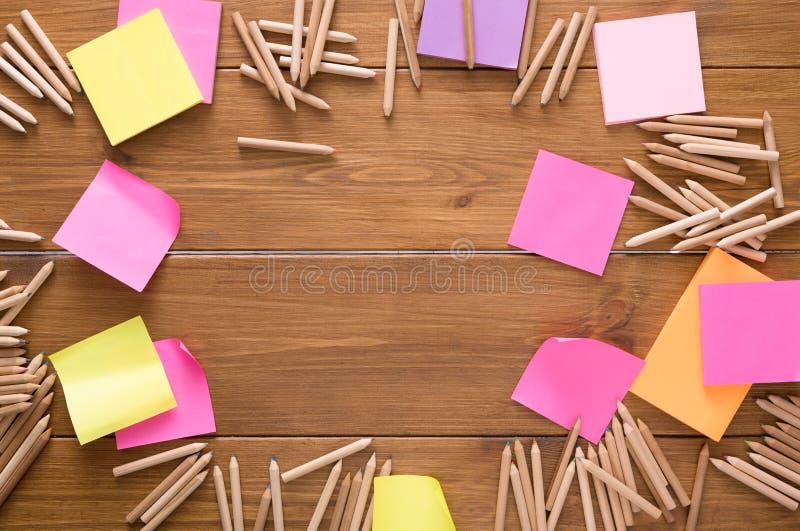 Kleverige nota's en kleurenpotloden op houten bureau royalty-vrije stock foto