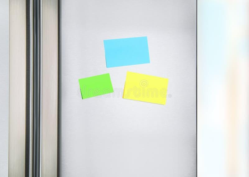 Kleverige nota's over de koelkast stock foto