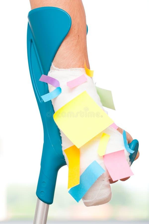 Kleverige nota's over een gebroken hand stock foto