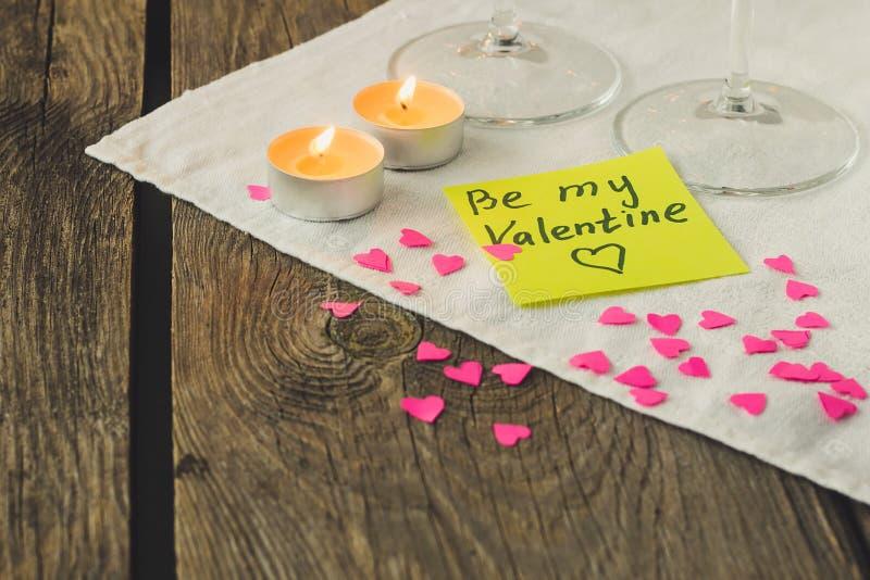 Kleverige nota voor de dag en de thee de ruimte van het lichtenexemplaar van Heilige Valentine royalty-vrije stock foto