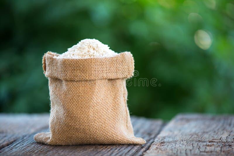 Kleverige rijst in bruine hennepzak stock afbeelding