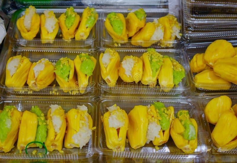 Kleverige rijst met jackfruit stock afbeeldingen