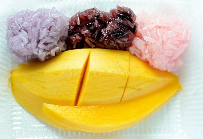 Kleverige rijst met rijpe mango royalty-vrije stock afbeeldingen