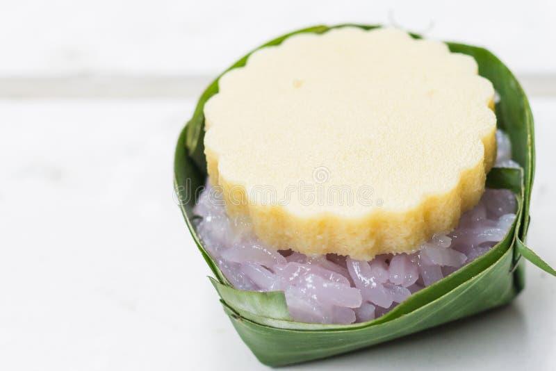 Kleverige rijst met zoete vla stock foto's