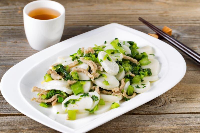 Kleverige rijstplakken met kip en plantaardige schotel klaar te eten royalty-vrije stock foto