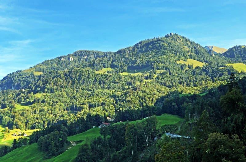 Klewenalp apline piek boven de nederzetting Beckenried en het Lucerne-meer of Vierwaldstaetersee-meer Vierwaldstattersee, Buochs royalty-vrije stock afbeelding