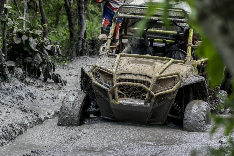 Klibbad gyttja för lopp för jeeplagwrangler arkivfoto