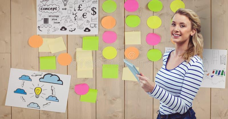 Klibbade den hållande minnestavlaPC:N för affärskvinna med bindemedelanmärkningar på väggen vektor illustrationer