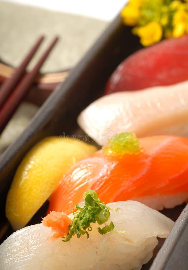 klibbar den japanska citronnigirien för kotlett sushi arkivbilder