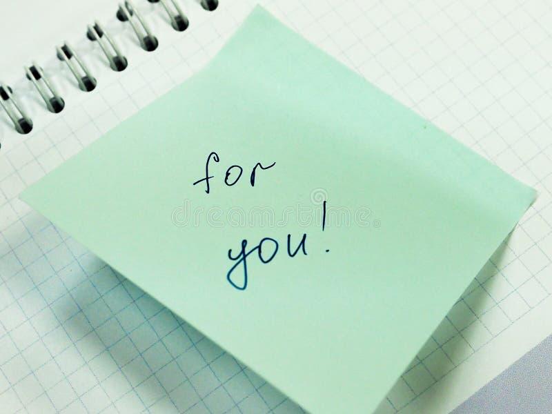 Klibbig anmärkning med text för dig, motivation arkivfoto