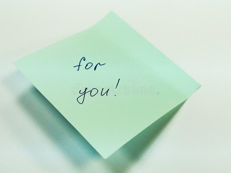 Klibbig anmärkning med text för dig, motivation royaltyfri bild
