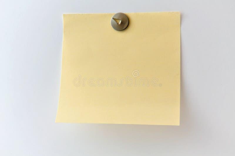 Klibbig anmärkning på en grå vägg royaltyfria foton