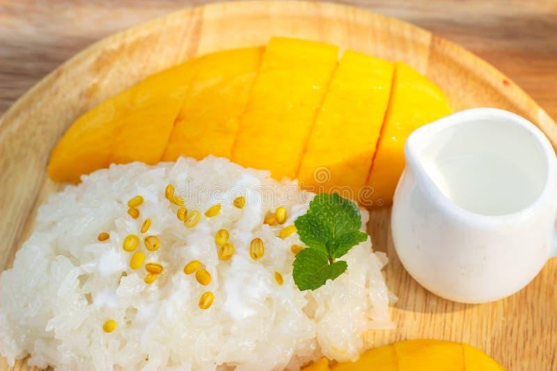 klibbig mangorice Favorit- thai efterrätt i sommarsäsong Sötsak och friskhetsmak royaltyfria bilder