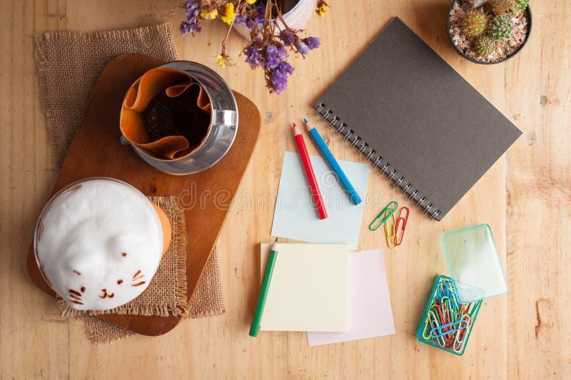 Klibbig papper och färgblyertspenna fotografering för bildbyråer