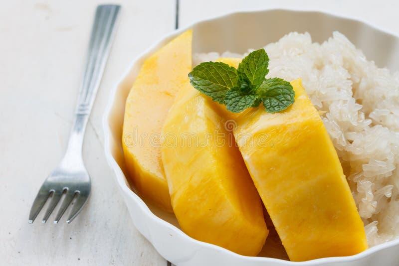 Klibbig söt risefterrätt för thailändsk mango royaltyfria foton