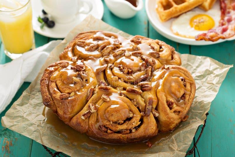 Klibbiga pecannötbullar på frukosttabellen royaltyfri foto