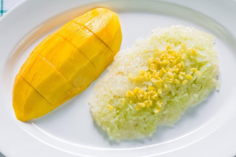Klibbiga ris för söt kokosnöt med mango (Khao niaomamuang) royaltyfri foto