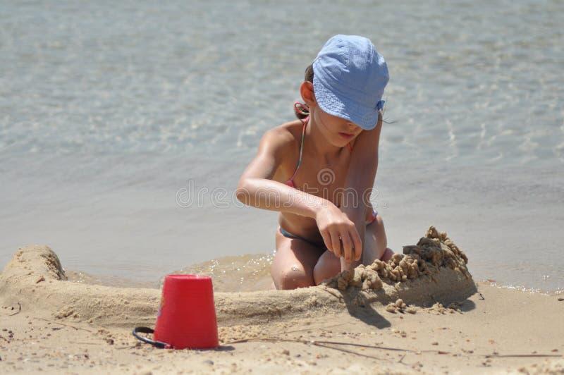 Klibbiga sandslottar för flicka Havet och stranden i ett exotiskt land fotografering för bildbyråer