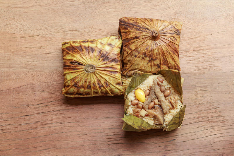 Klibbigt ris som slås in i lotusblommablad eller Zongzi, är traditionell kines som mat göras med klibbiga ris royaltyfri foto