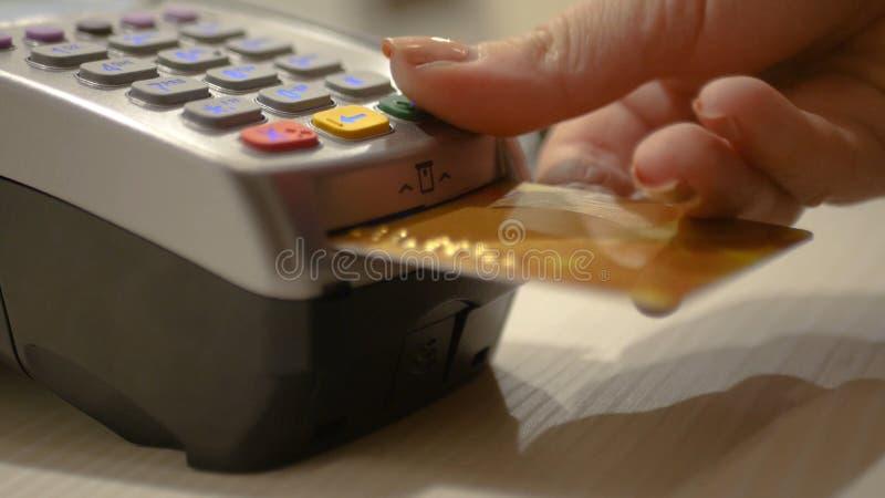 Klicken Sie an die Tastatur auf den Bankanschluß, schließen Sie Käufe im Speicher ab HD lizenzfreie stockfotos