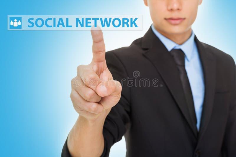 Klickender Knopf des Sozialen Netzes des Geschäftsmannes stockbilder