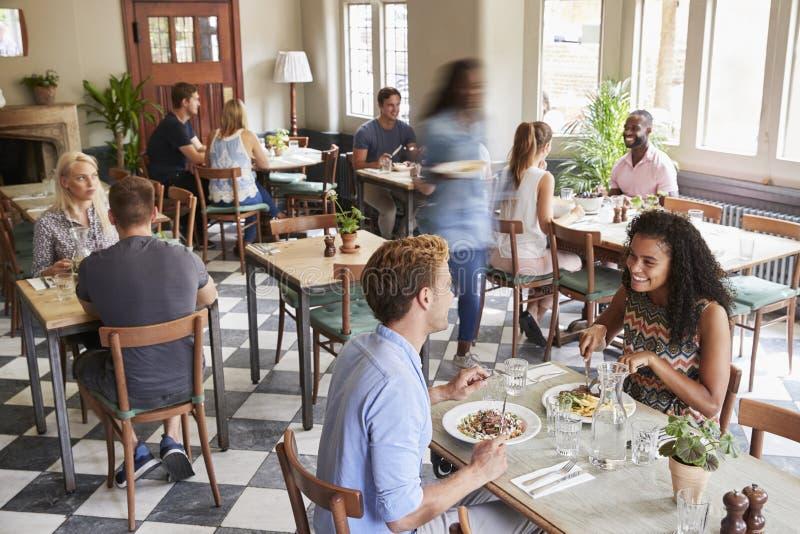 Klienci Cieszy się posiłki W Ruchliwie restauraci zdjęcie stock
