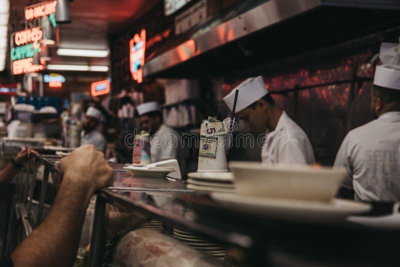 Klienci czekać na jedzenie przy kontuarem w Katz delikatesach w Nowym obraz royalty free