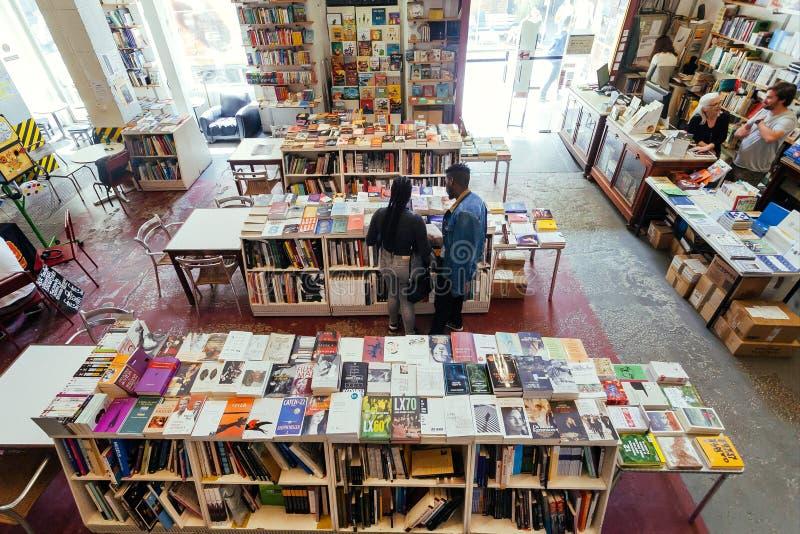 Klienci czyta nowe powieści, sztuk książki i magazyny wśrodku sali z półkami na książki ogromny bookstore, zdjęcia royalty free