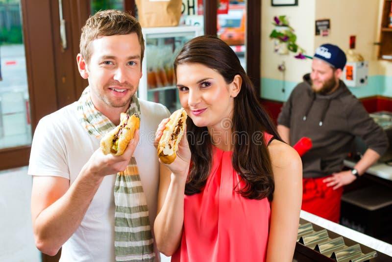 Klienci je Hotdog w fast food przekąski barze obraz royalty free
