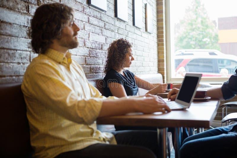 Klienci Wydaje wolnego czas W Coffeeshop zdjęcie royalty free