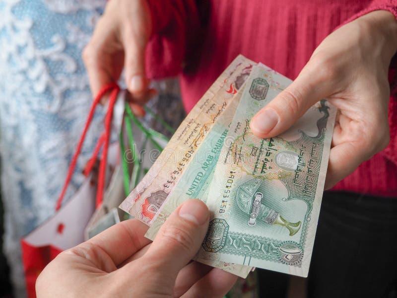 Klientów wynagrodzeń dirhams UAE rachunki robiący zakupy spieniężają podczas gdy obrazy royalty free