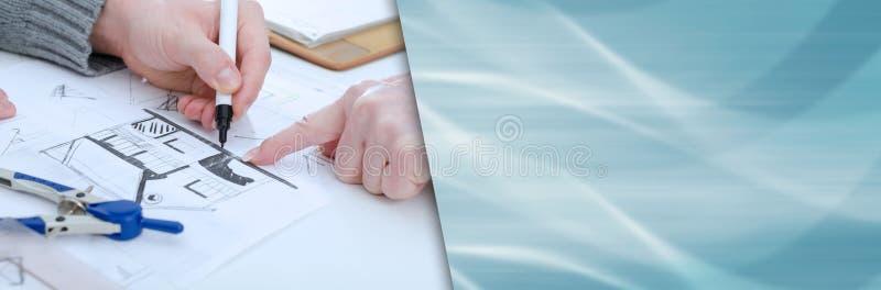 Klient, der eine detaillierte Beschreibung des Hausplans enthält; Panoramagebläse lizenzfreie stockfotos