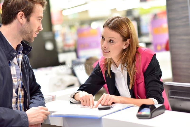 Klient för assistent för bilhyra informerande royaltyfria bilder