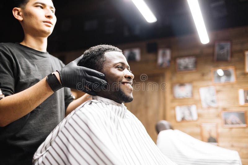 Klient i frisersalong royaltyfria bilder