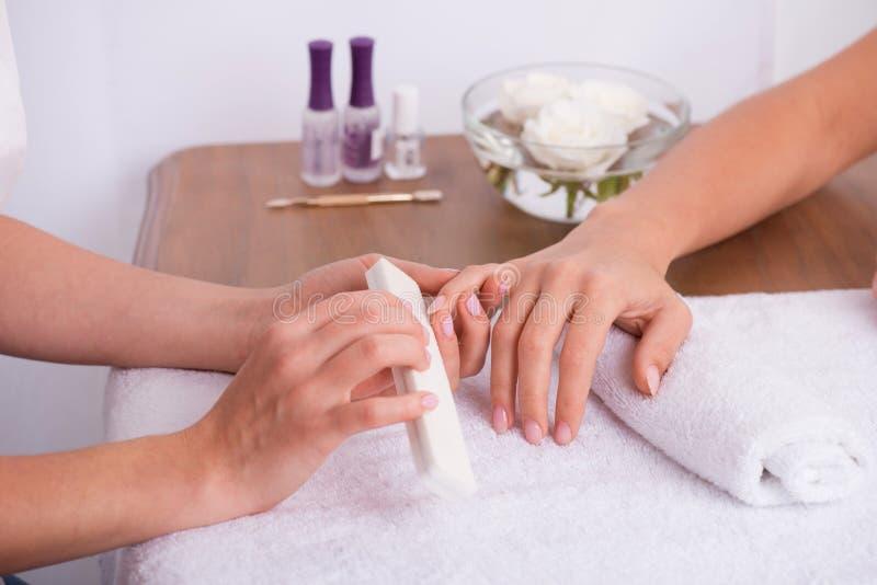 Klient i manicurzysta w manicure'u salonie obraz royalty free