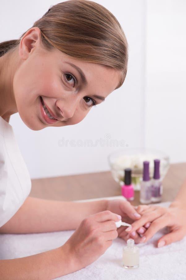 Klient i manicurzysta w manicure'u salonie obraz stock
