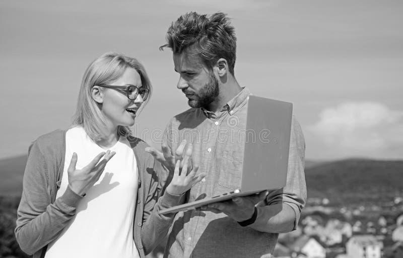 Klient i projektant dyskutuje projekt Internetowy sprawozdania poj?cie Online dost?p Mobilny internet daje mo?liwo?ci obraz stock