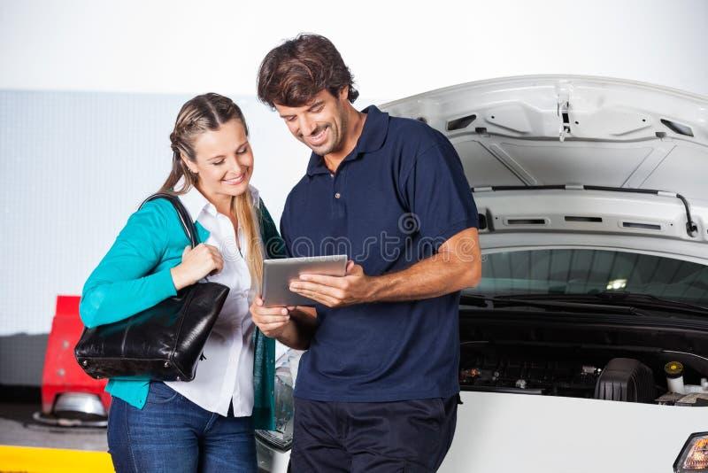 Klient I technik Używa Cyfrowej pastylkę samochodem zdjęcia royalty free