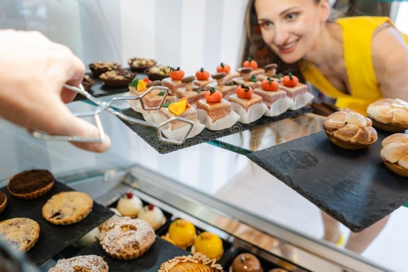 Klient kobieta w ciasteczka wybierać które zasychają kupować zdjęcia stock