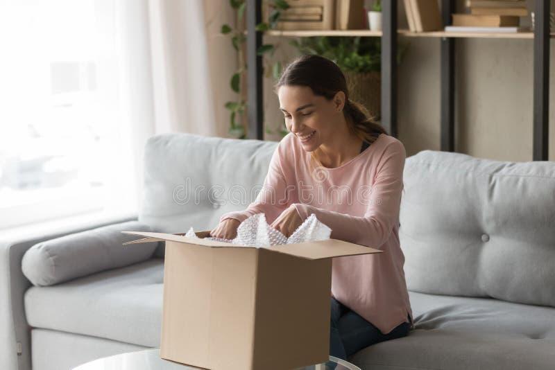 Klient kobiety obsiadanie na leżance unbox kartonu pudełka odczucia satysfakcjonujących zdjęcie stock