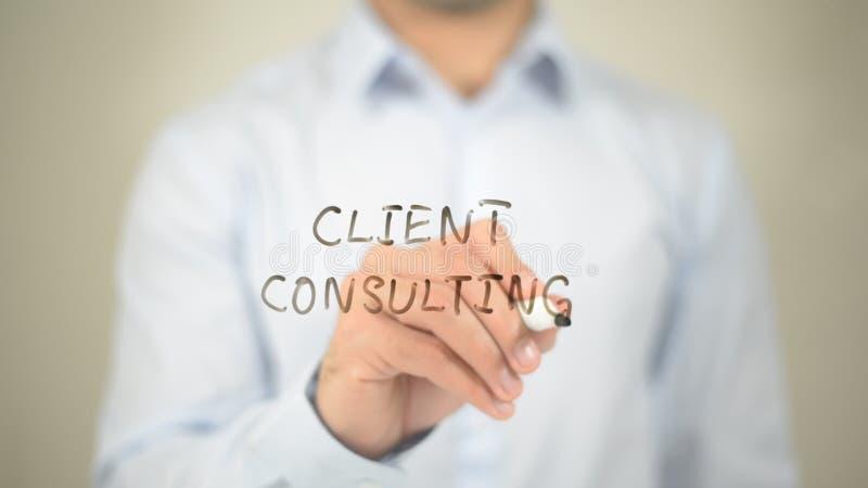 Klient Konsultuje, pisać na przejrzystym ekranie zdjęcie royalty free