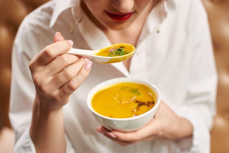 Klient kosztuje wyśmienicie posiłek w luksusowej restauracji zdjęcie stock