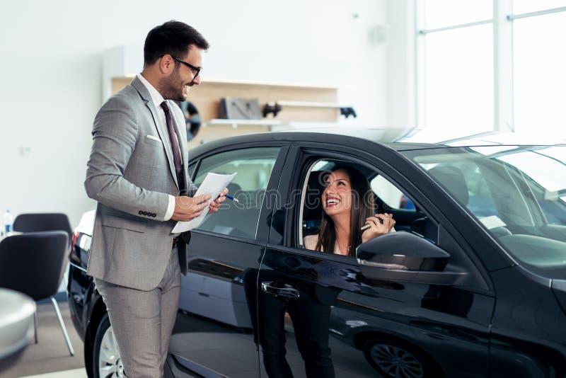 Klient kupuje pojazd w nowym punkcie sprzedaży samochodów obraz royalty free