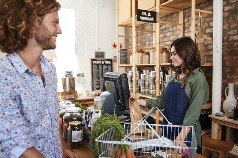 Klient Płaci Dla Robić zakupy Swobodnie Przy kasą Podtrzymywalny klingerytu sklep spożywczy obrazy stock